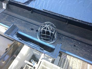 集水器に網を取り付けます