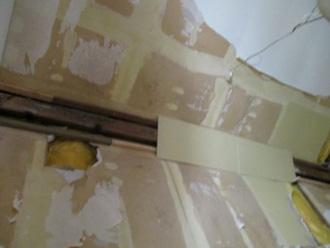 湿気で屋内の壁が傷んでしまっている