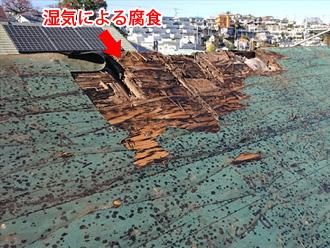 湿気で屋根の野地板が腐食している