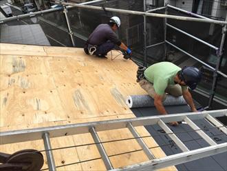 屋根葺き替え工事 防水紙設置の様子