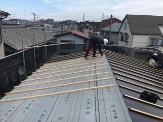 屋根葺き替え工事 ルーフィングと縦桟設置の様子