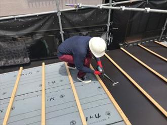 屋根葺き替え工事 屋根材設置の様子