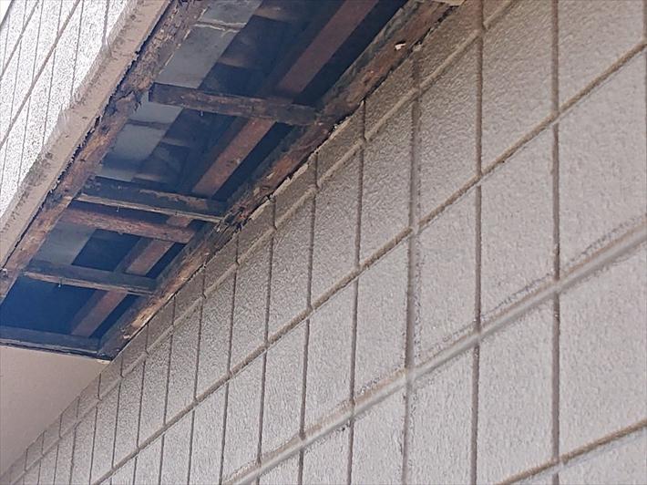 稲城市矢野口で屋根の箱樋からの雨漏りが原因で軒天が剥がれ落ちました