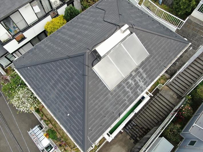 稲城市平尾で太陽光温水器が乗っている屋根をガルバリウム鋼板で屋根カバー工事