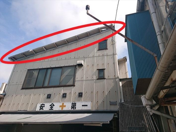 屋根の側面にあるケラバが飛ばされています
