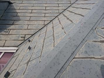 スレート葺き屋根の表面は劣化しています