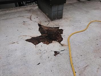 稲城市矢野口でおこなっている屋上の防水工事は下地の傷みを確認して直します