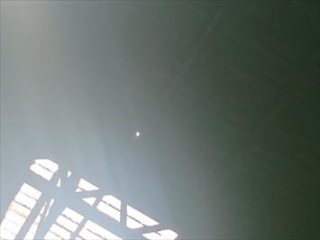 工場の天井には穴が空いています