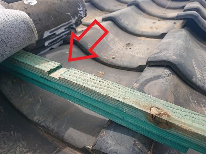 世田谷区尾山台で下地が傷んで雨漏りしている瓦葺き屋根を葺き直し工事します