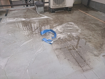 下地が腐食していて雨水が溜まっています