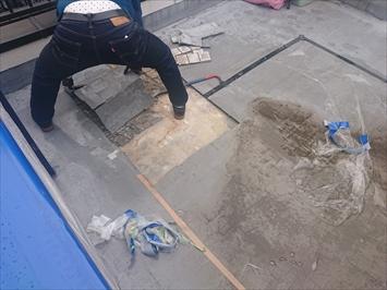 下地を直す為に防水材を剥がしていきます