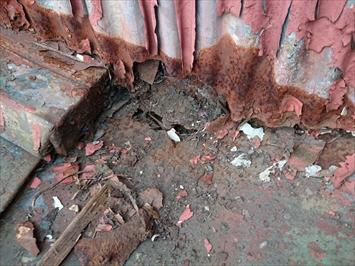 サビて穴が空いトタン屋根