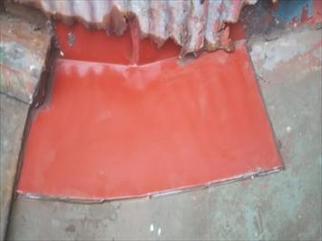 壁のトタンの裏側に差し込んで雨水の浸入を防ぎます