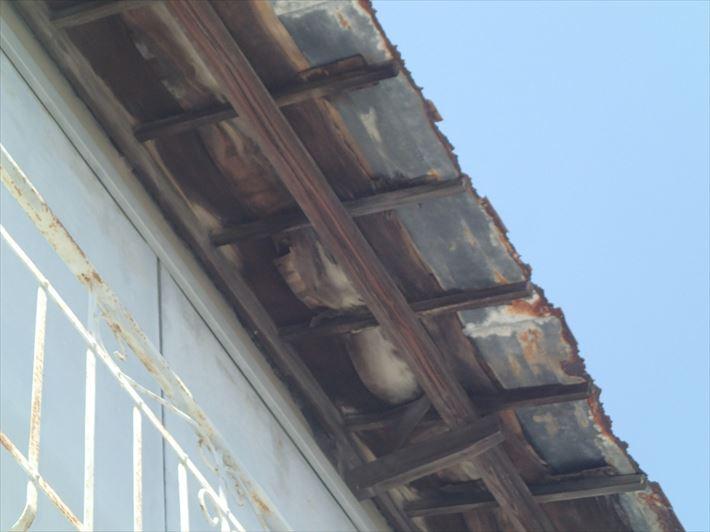 壊れかけの庇屋根