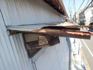 トタンが破れた庇屋根