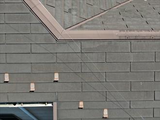 ひび割れが起こっているスレート屋根