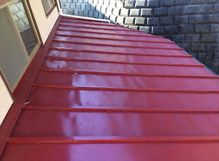 瓦棒葺きの板金屋根を調査
