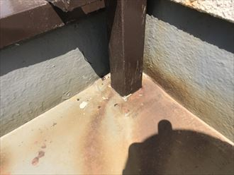 茶褐色の水染みの発生