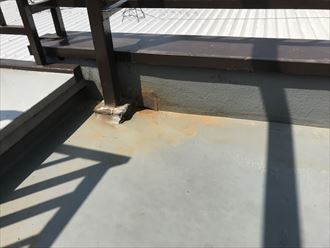屋上の角に水染み