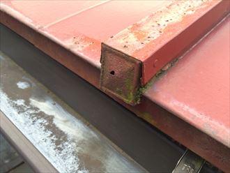 錆びてr穴が開いている板金屋根