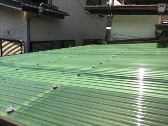 文京区本駒込でポリカ波板の交換工事、若葉色の新しい波板が鮮やかでした