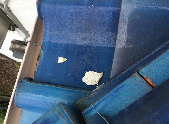 瓦屋根に落ちている白い塊は漆喰です