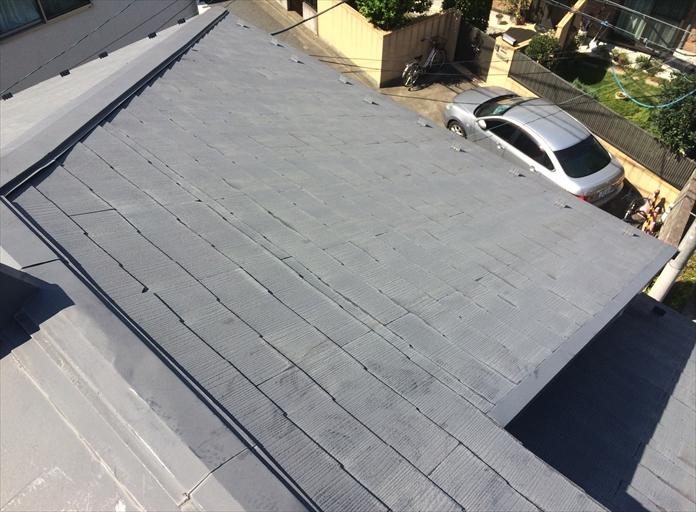 スレート屋根には板金が使用されている