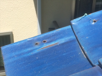 袖瓦を固定している銅線が切れている
