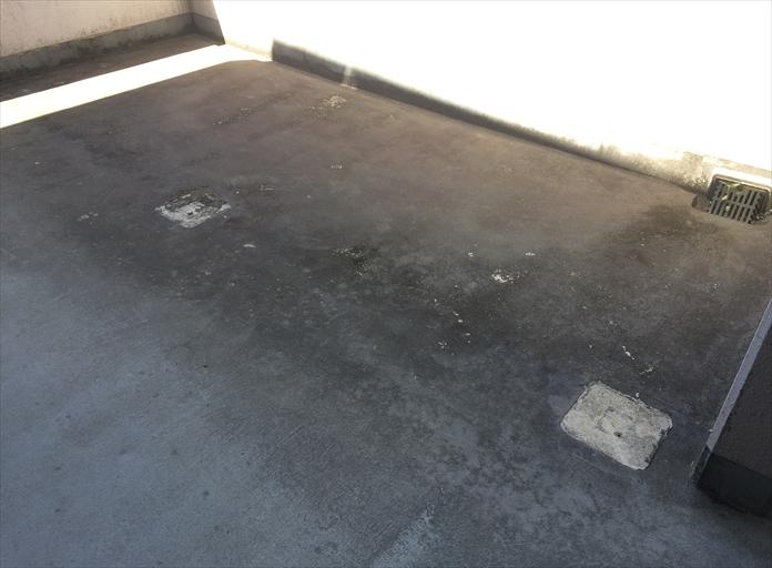 マンションの廊下の防水層が剥がれている