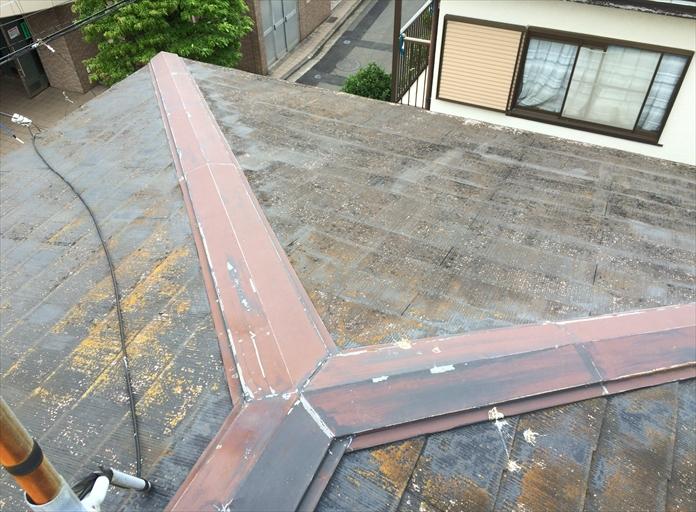使用年須の経過したスレート屋根を調査