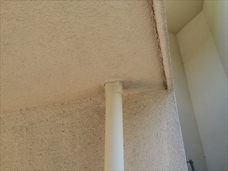 雨漏りしている壁の外側には樋がありました