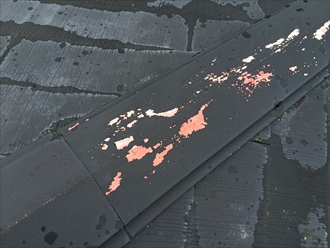 既存の棟板金が塗膜が剥がれて露出した状態