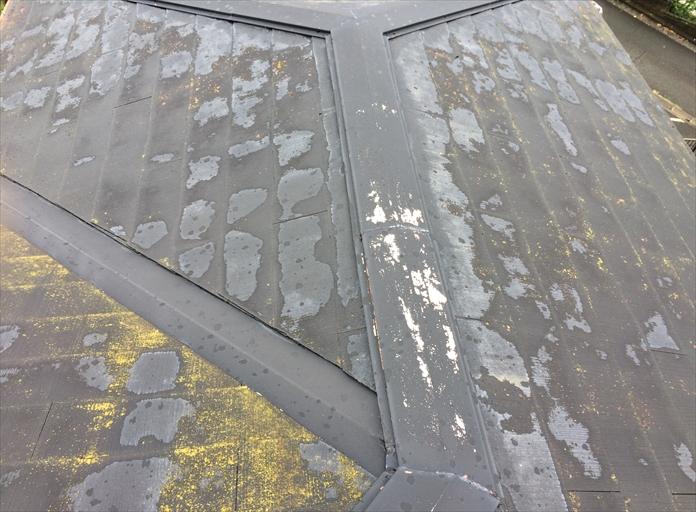 棟板金の表面が剥がれている