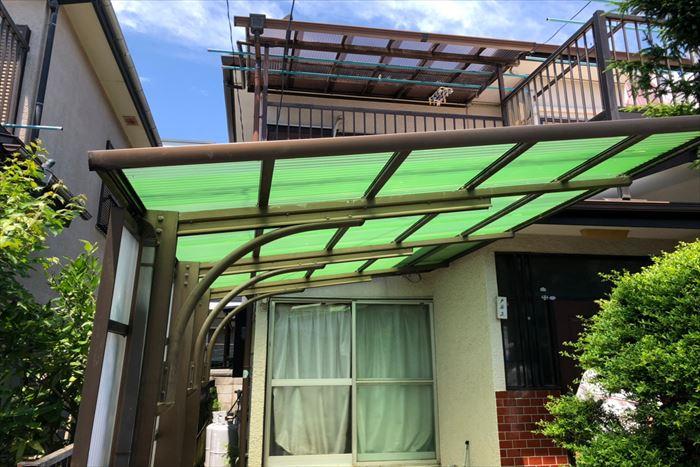 若葉色の波板屋根が鮮やかです