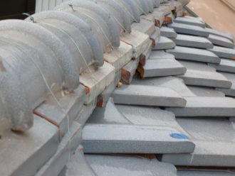 港区三田で雨漏りを起こす瓦屋根、葺き替えで軽い屋根にしませんか?