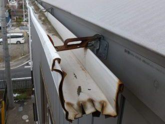 錆びて折れた雨樋