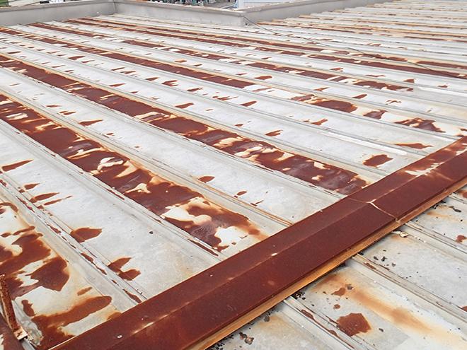 錆が拡がった金属屋根
