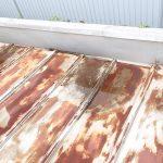 金属屋根が反り、雨水が溜まっています