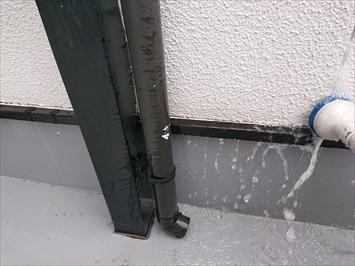 バルコニーの屋根の柱を固定する金具が雨水の浸入箇所