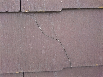稲城市東長沼でひび割れが酷いスレート屋根に屋根カバー工事のご提案