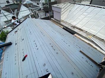 葛飾区堀切でセメント瓦屋根からコロニアルクワッドに葺き替え工事を行います