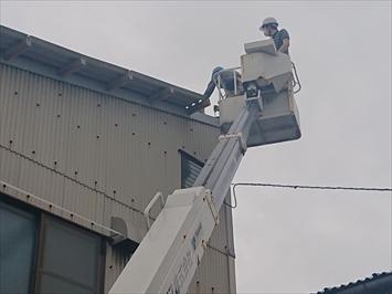 高所作業車で屋根のケラバを交換します