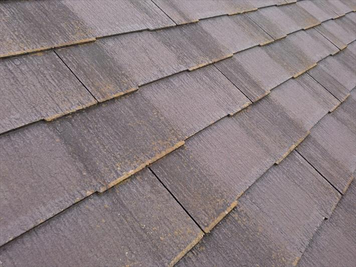汚れが目立つスレート屋根