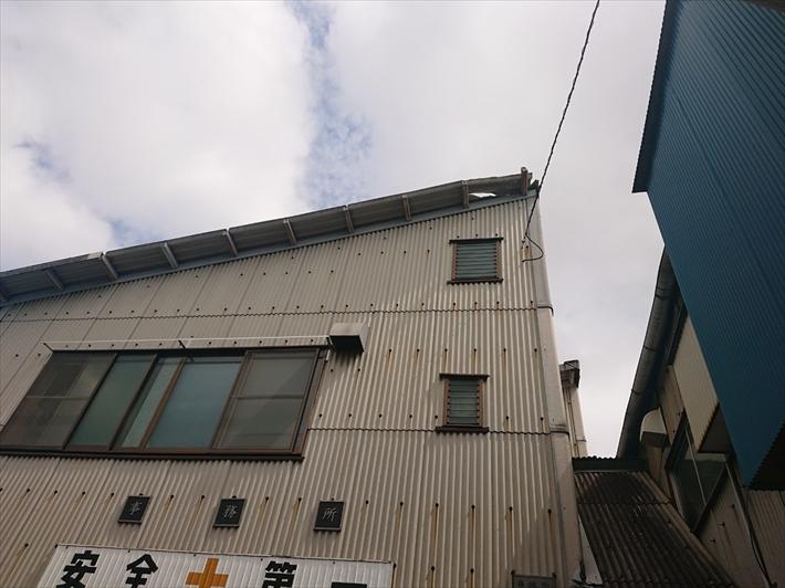 工場の屋根が破損しています