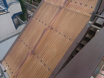 外階段の屋根に張ってある波板