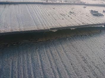 調布市上石原で台風被害を受けたアパートのスレート屋根を調査します