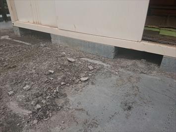水が溜まる部分にセメントが敷いてありました