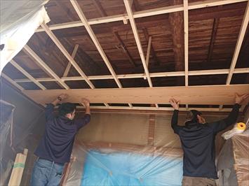 下地を組み直して新しい屋根材を張ります