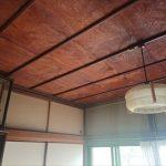 焼けて色が変わった和室の天井