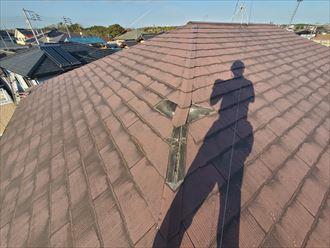 台風15号の影響により飛散したスレート屋根の棟板金